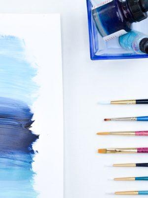 schilderen-kunstwerk-lauwpauw-laura-zee-blauw-oceaan-kwasten-flatlay